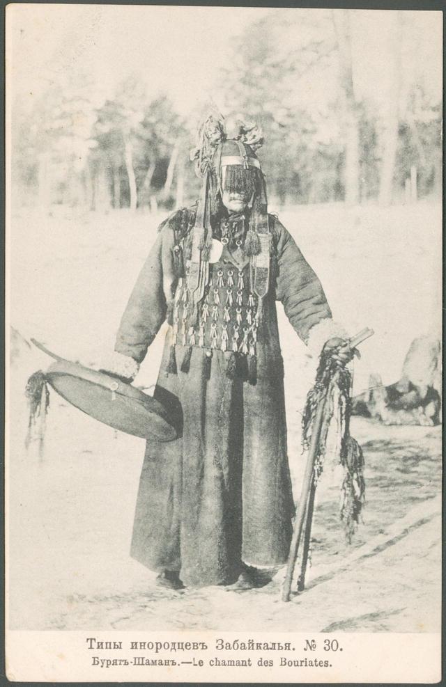 Burjaten-Schamane mit Trommel im Zeremonialgewand (1904)